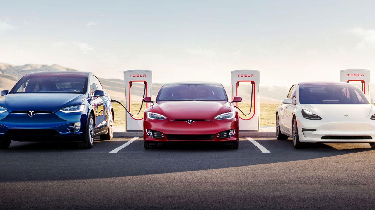 Le Tesla 3-4 volte più sicure delle altre auto in media: dati super per Autopilot