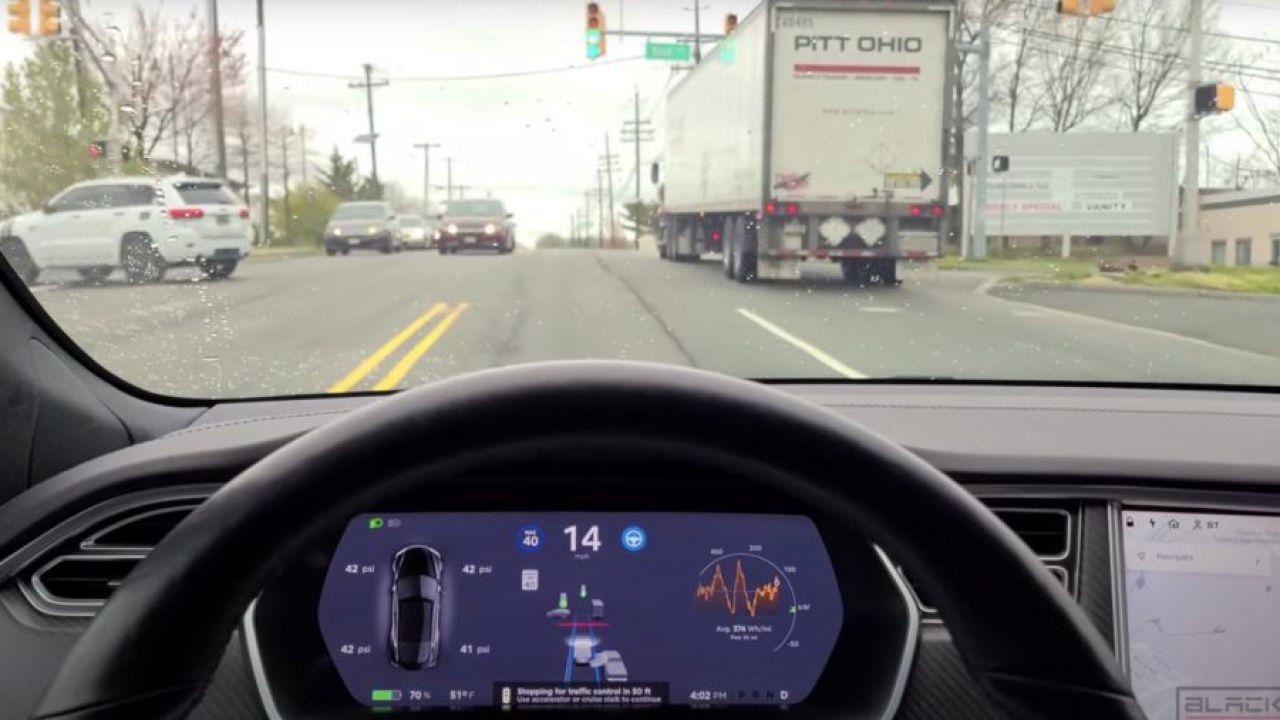 Le Tesla hanno sempre più vita propria: ecco il nuovo comportamento al semaforo