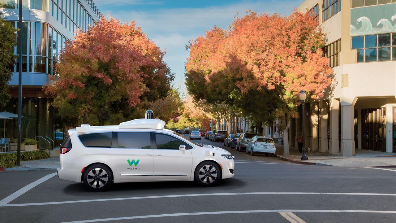 Le vetture a guida autonoma di Waymo attaccate dai cittadini di Phoenix