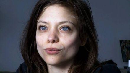 Lizzie Brocheré protagonista di Falling Water