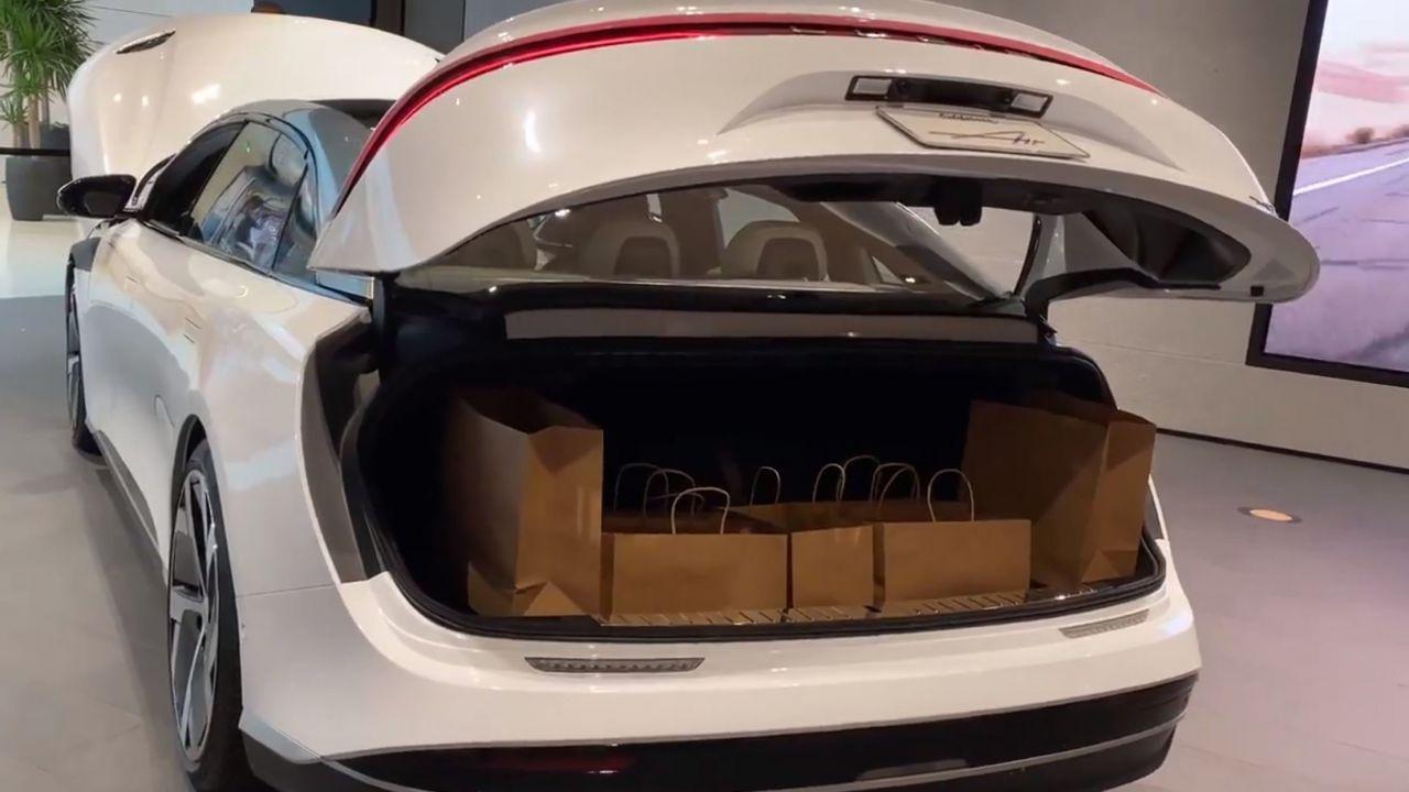 Lucid Air: il bagagliaio della berlina elettrica si mostra con un messaggio positivo