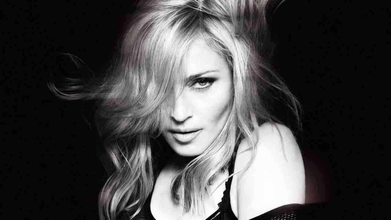 Madonna in topless provoca su Instagram:'Ognuno ha una stampella'