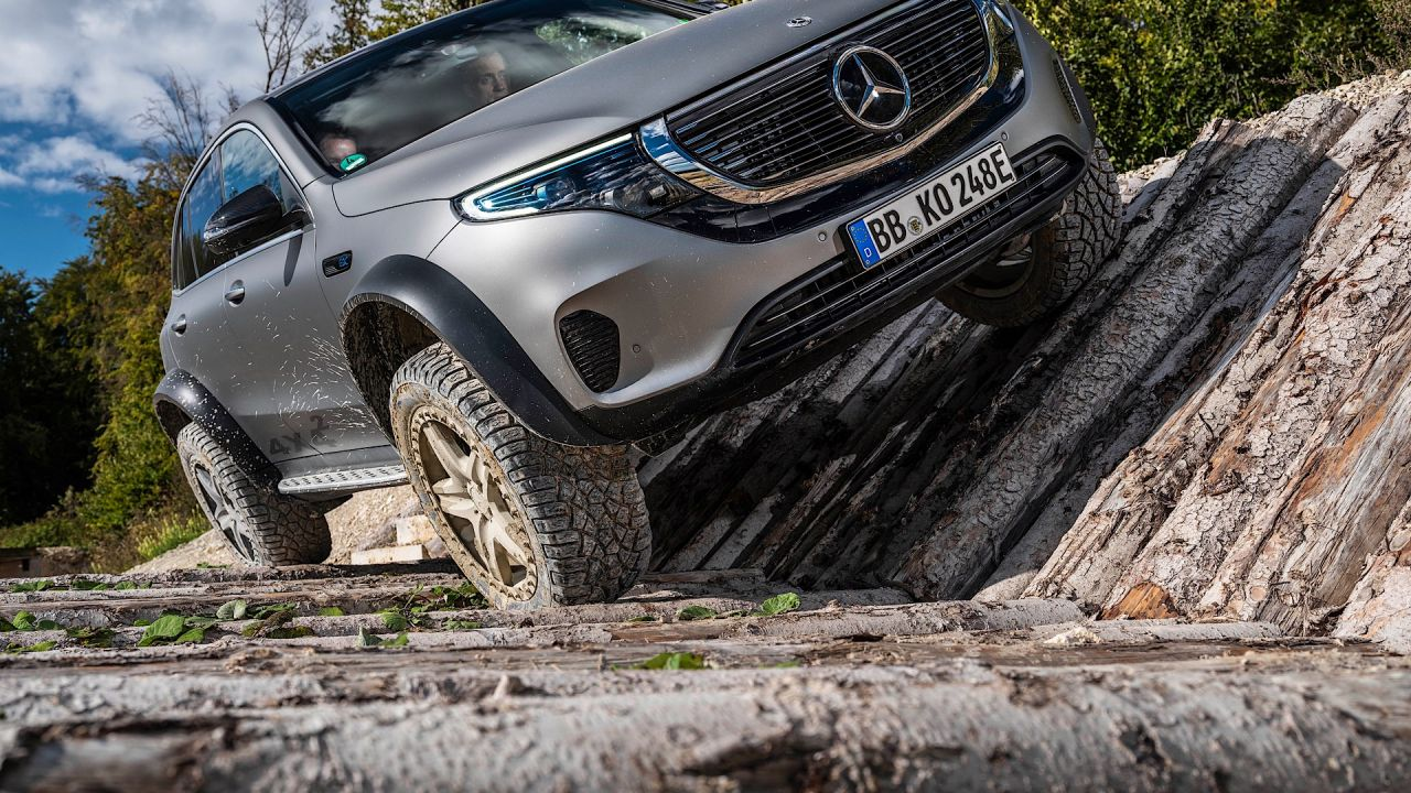Mercedes-Benz presenta l'EQC 4x4 totalmente elettrico che sfida la Classe G