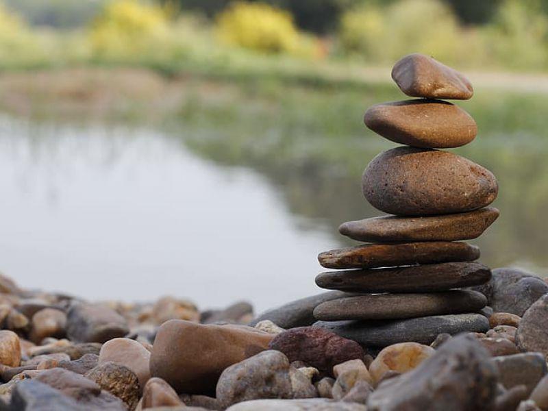 Mettere le pietre in equilibrio non è poetico e disturba l'ecosistema, affermano ecologi