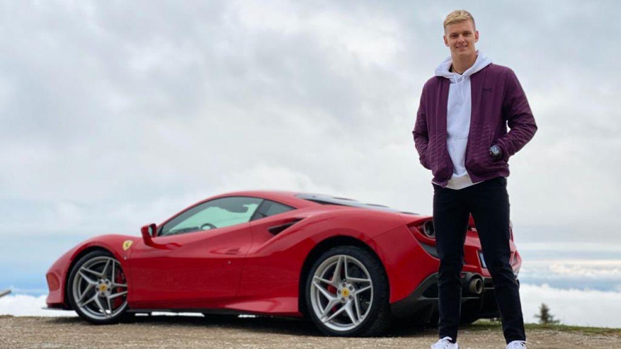 Mick Schumacher al di là delle nuvole con la Ferrari F8 Tributo