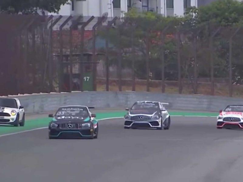 Mini si lancia per sbaglio in pista durante una gara: panico e Safety Car