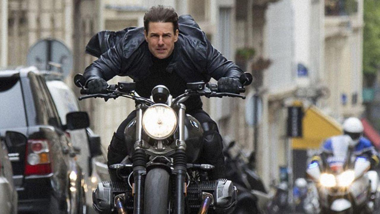 Mission: Impossible 7, il set va a fuoco dopo un incidente in moto: Tom Cruise furioso