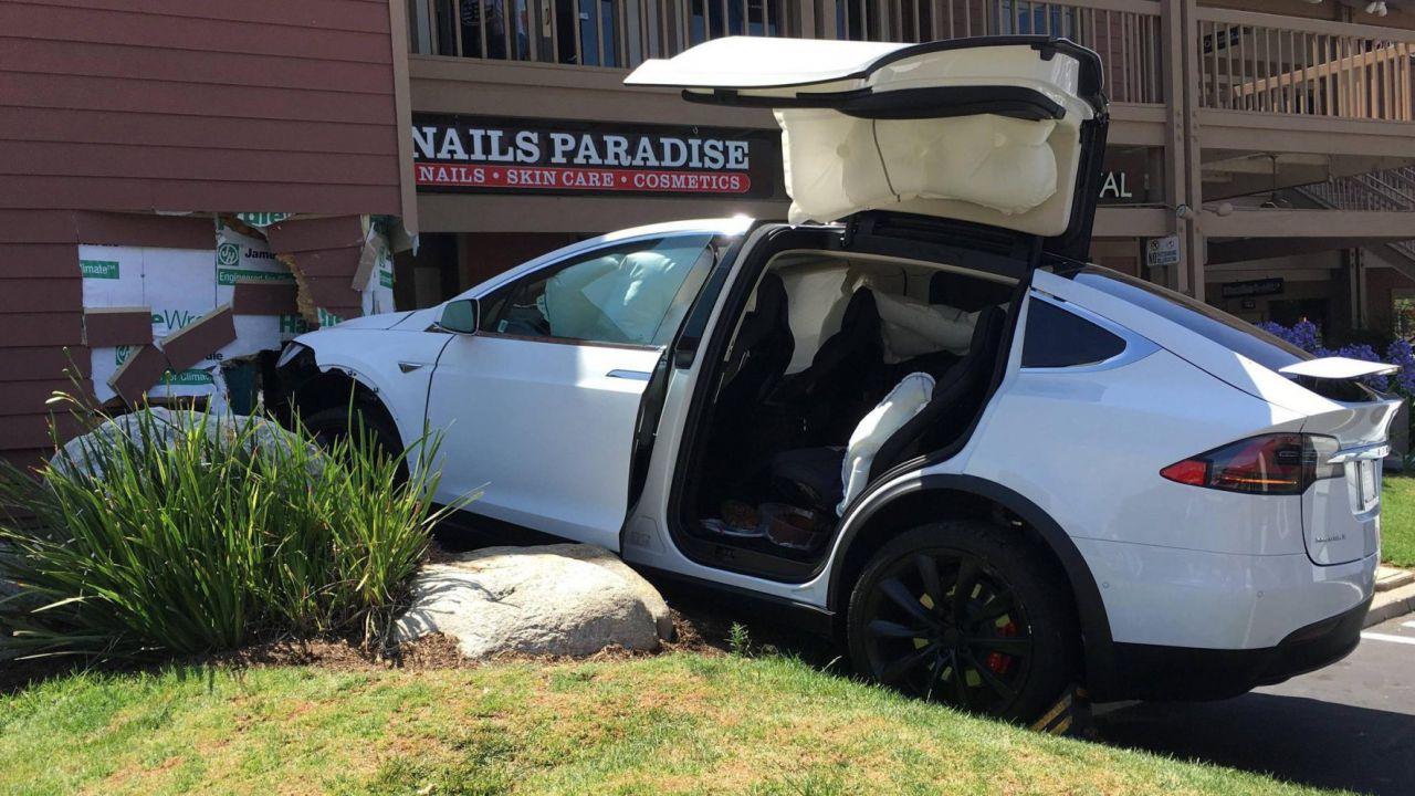 Model X accelera da sola e uccide due persone, ma Tesla smentisce