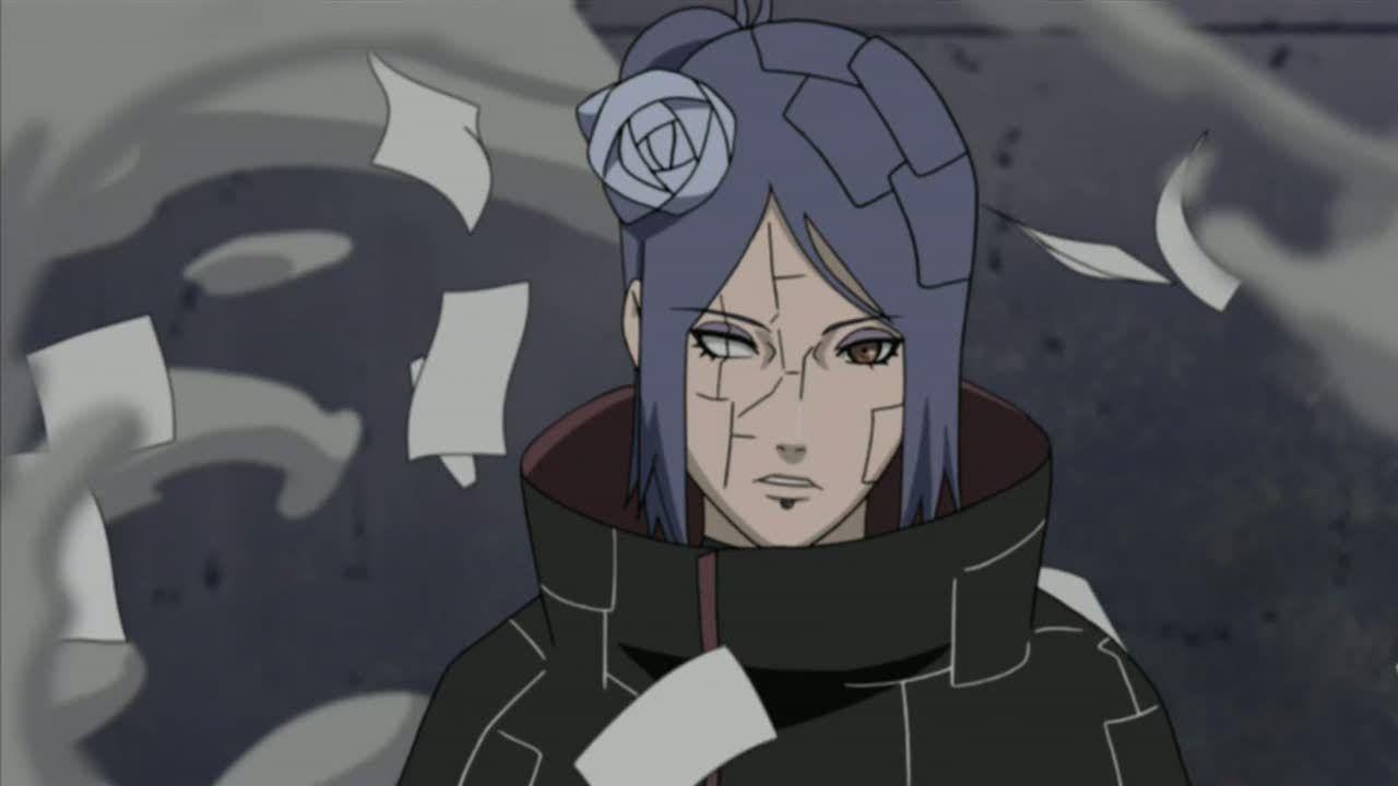 Naruto Shippuden: un cosplay della bellissima Konan mentre si prepara all'azione