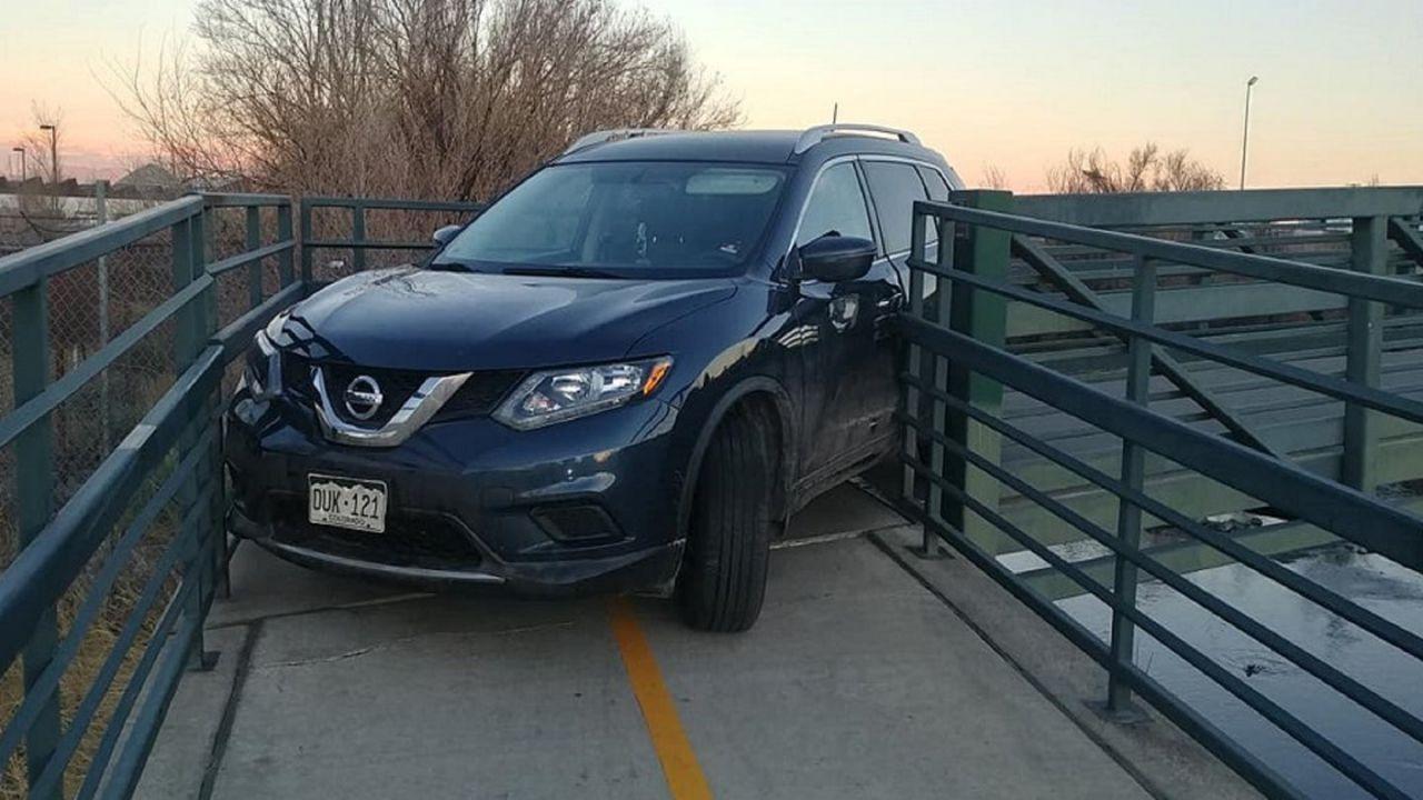 Nissan bloccata su un ponte per bici: nessuno riesce a spiegarsi la vicenda