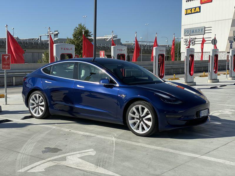 Ordina per sbaglio 27 Tesla Model 3 per un conto di 1,4 milioni di euro