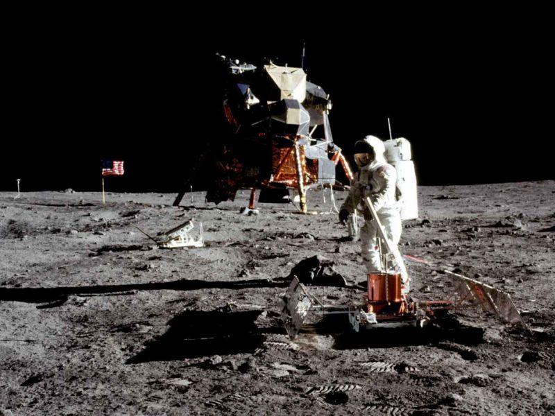 Perchè nelle foto dei pianeti, o della superficie lunare, non si vedono stelle?