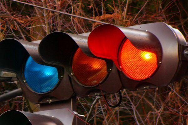 Perché in Giappone i semafori hanno luci blu invece che verdi?