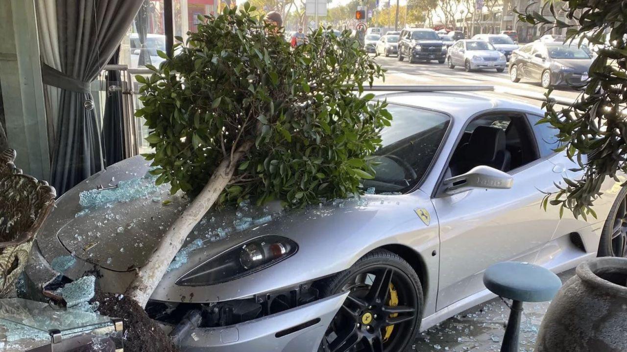 Perde il controllo e sfonda la vetrata di un ristorante con la sua Ferrari