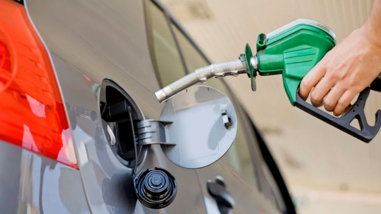 Petrolio a picco ma il prezzo della benzina in Italia non cambia: perché?