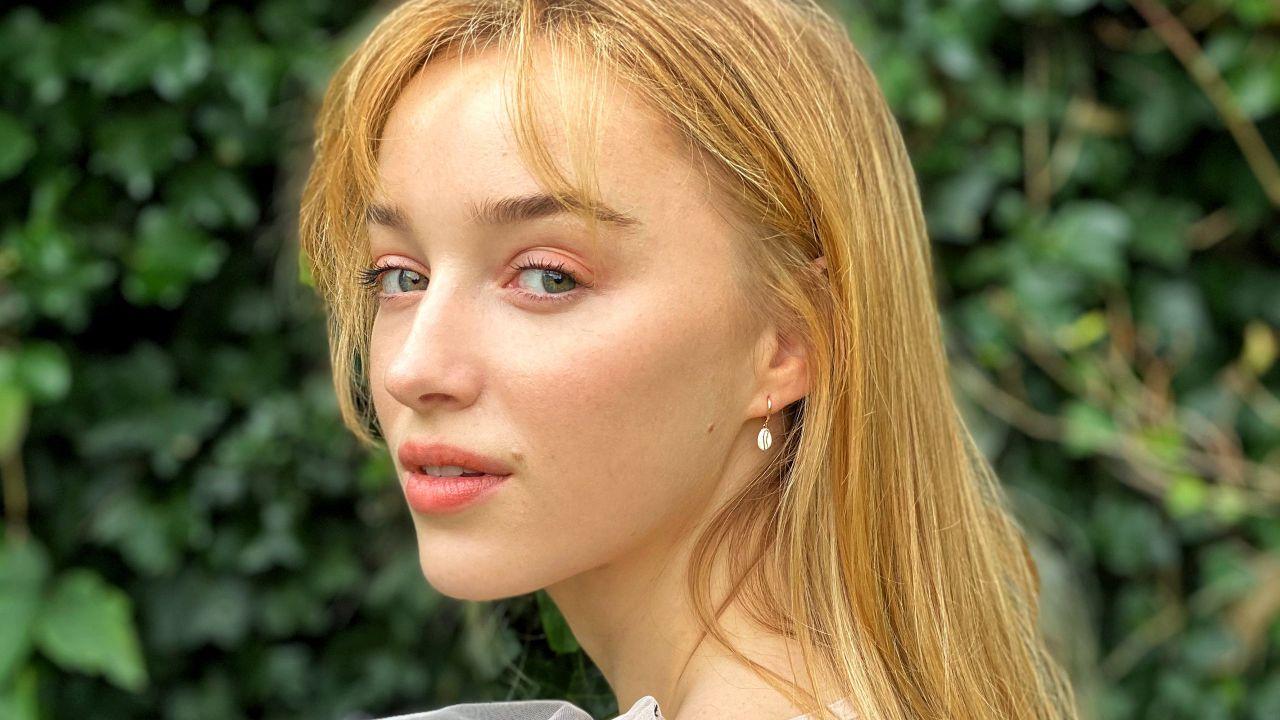 Phoebe Dynevor: chi è la Daphne di Bridgerton, tutto sull'attrice