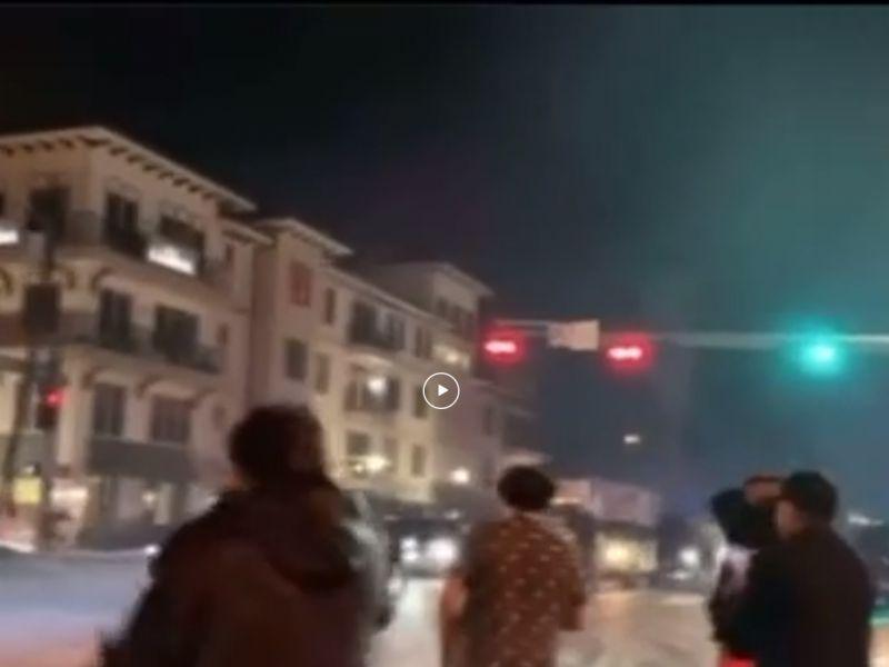 Pickup butta giù un palo della luce in derapata: l'esplosione è spaventosa