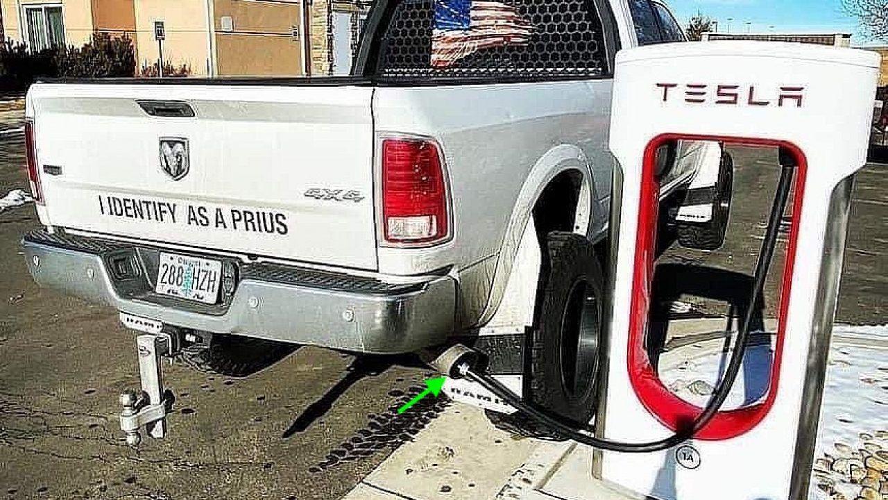 Pickup Dodge occupa colonnina Tesla: il proprietario ha infilato il cavo nella marmitta