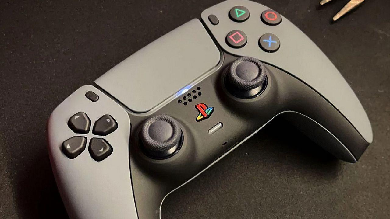 PlayStation 5 e DualSense: fan personalizza il controller in stile PS One