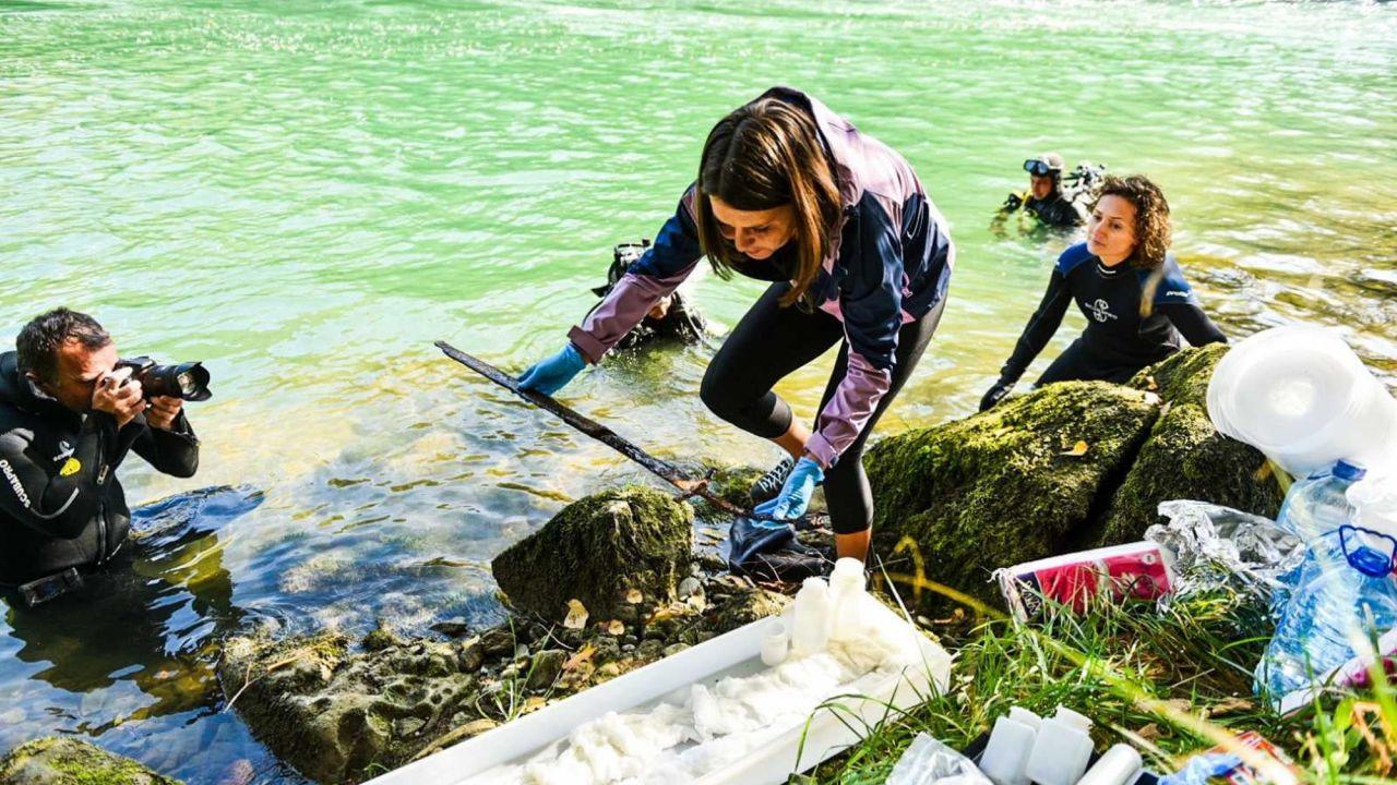 Polonia: una spada medievale vecchia 1.000 anni è stata recuperata da un fiume