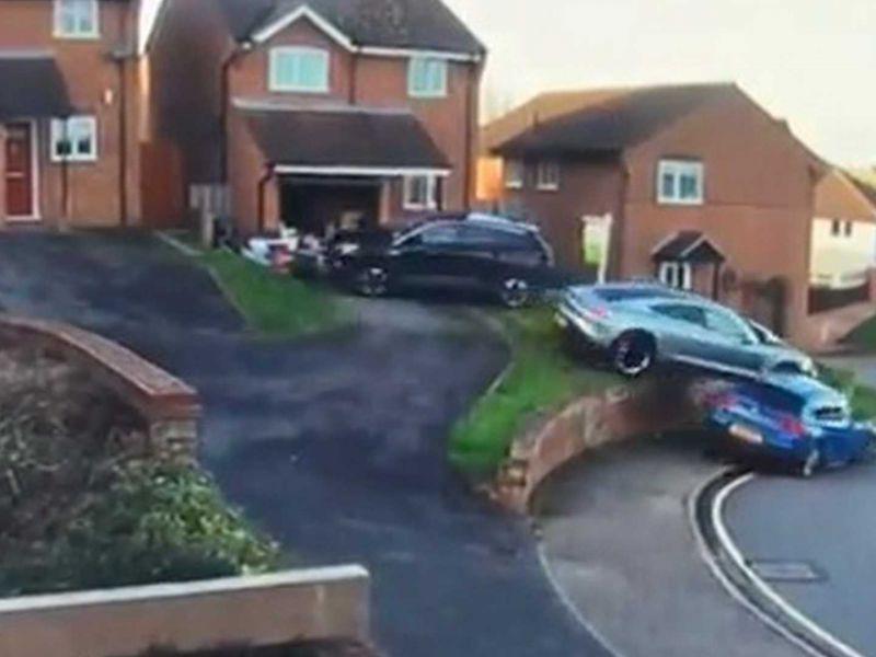 Porsche Taycan perde il controllo e sale su un'altra auto: il danno è enorme