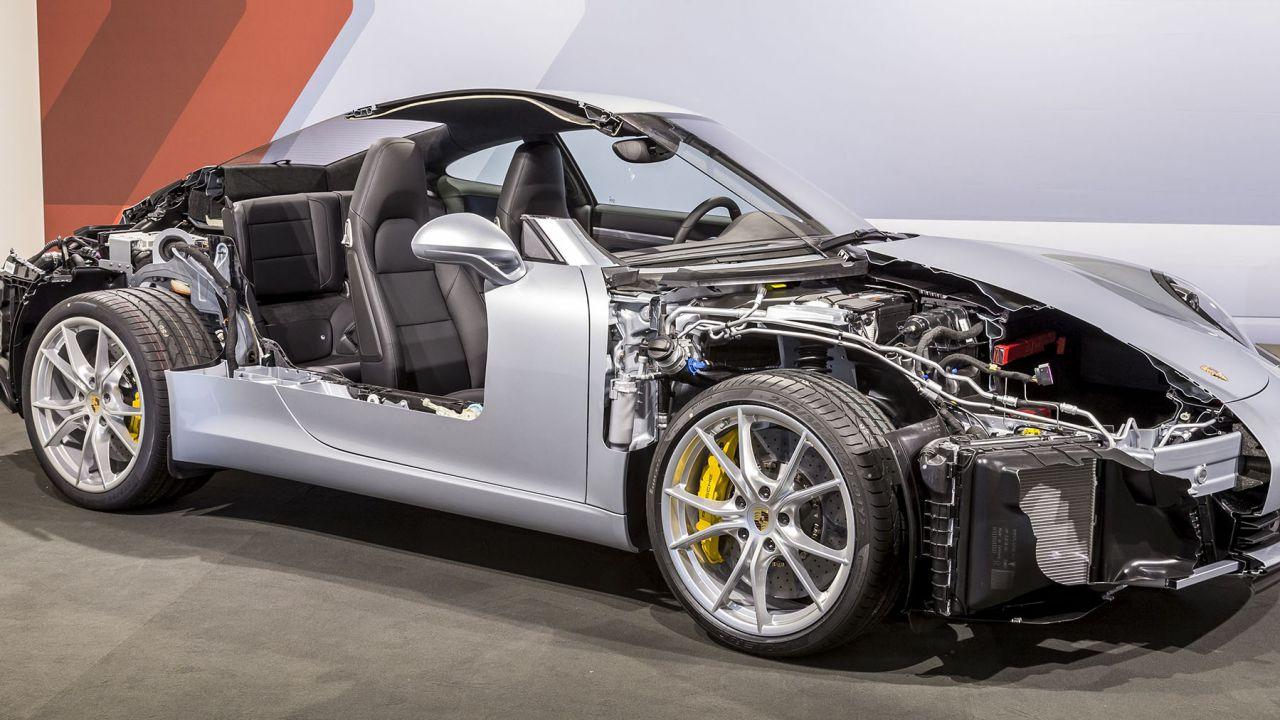 Porsche, Volkswagen e Mazda puntano sugli e-fuel: 'I motori termici non moriranno'