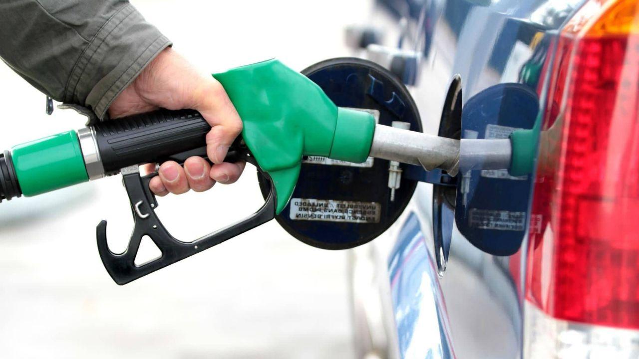 Prezzi benzina fuori controllo: in autostrada superati i 2 euro al litro