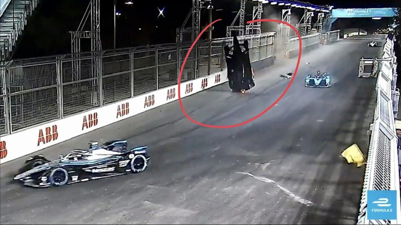 Prima decolla, poi si ribalta: il video dell'assurdo incidente di Alex Lynn in Formula E