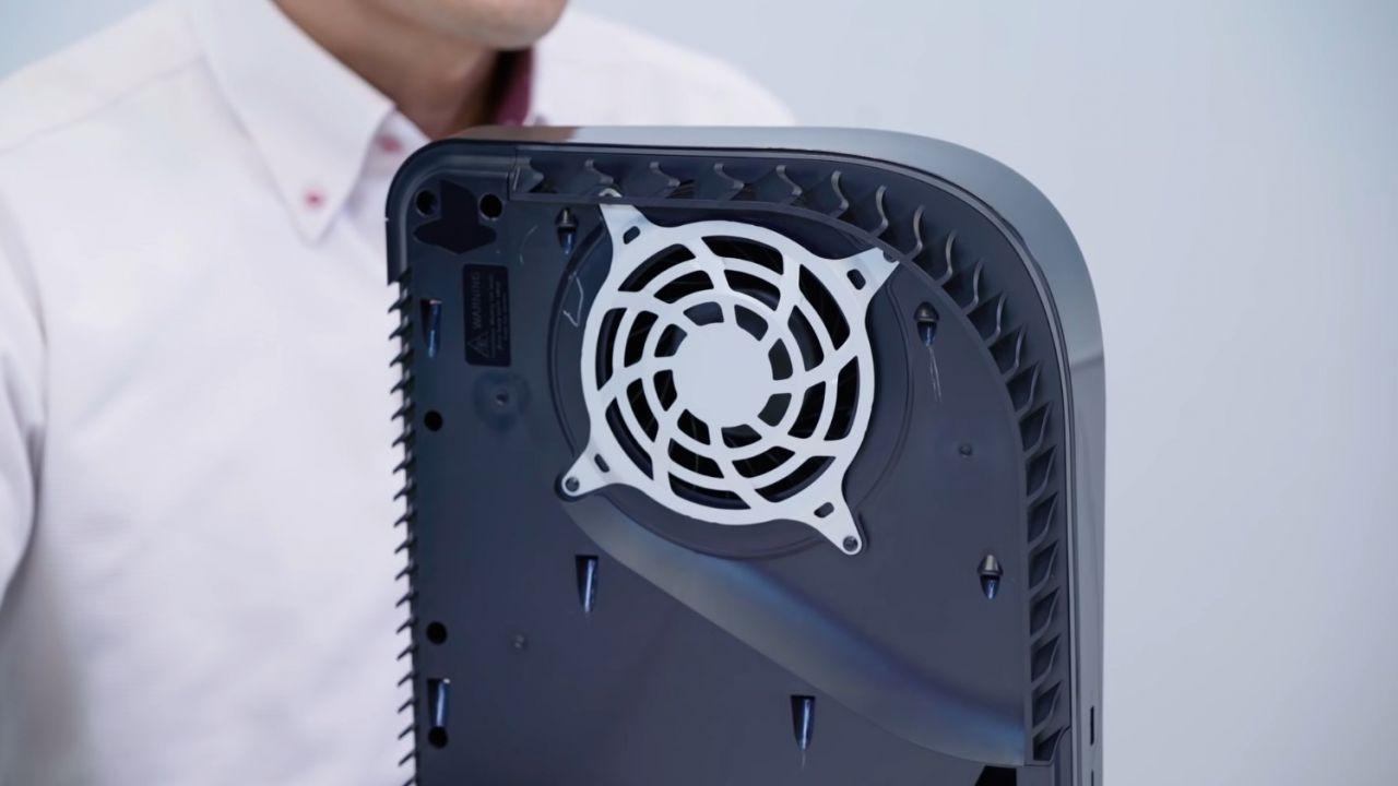 PS5: i pannelli rimovibili graffiano la console? Lo suggerisce il teardown