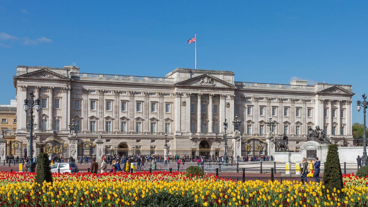 Quale distillato viene prodotto da Buckingham Palace con ingredienti dei giardini reali?