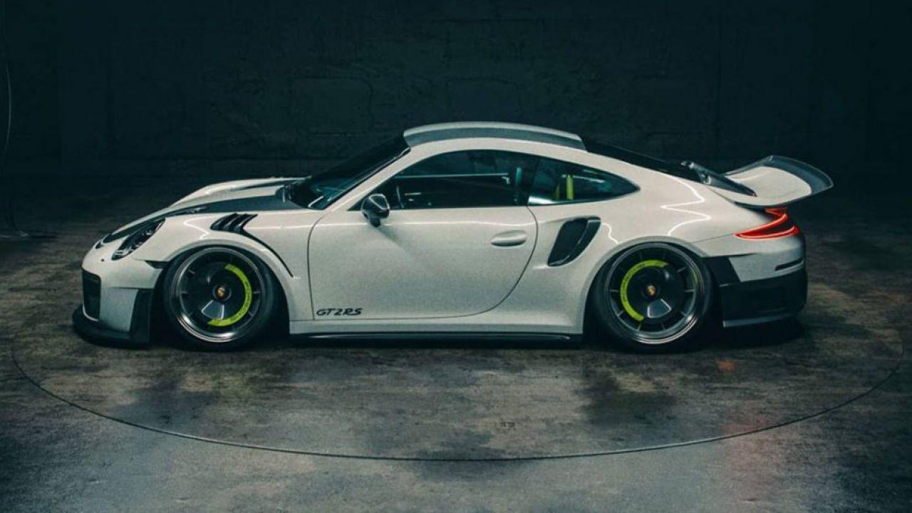 Questa Porsche 911 GT2 RS monta un evidente spoiler whaletail
