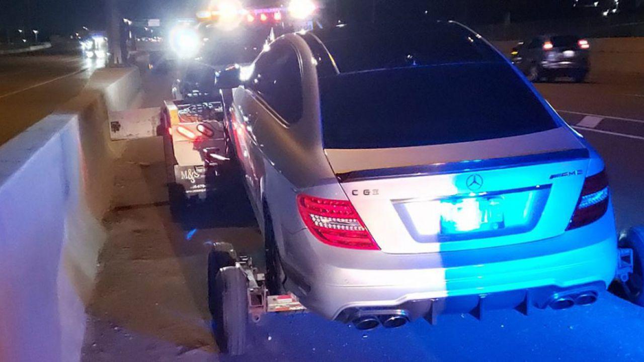 Ragazzo prende l'auto del padre e sfreccia a oltre 300 km/h: bloccato subito dalla polizia