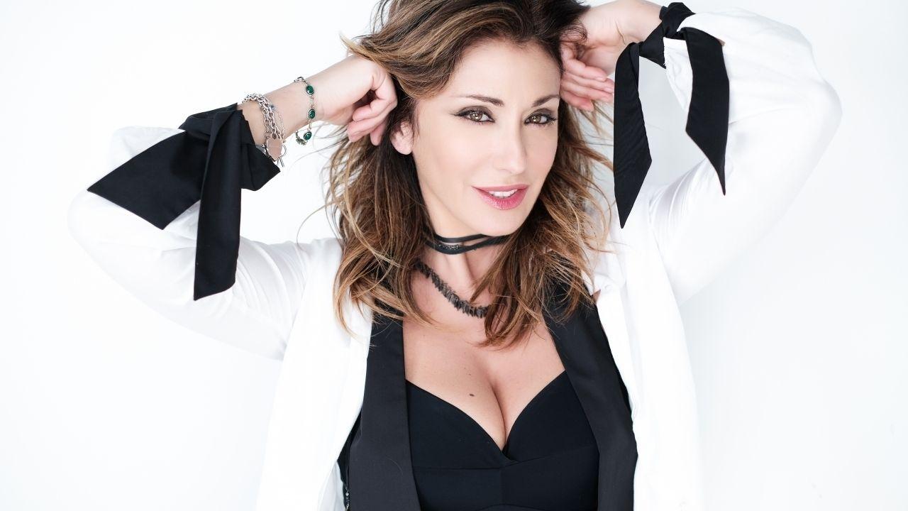 Sabrina Salerno manda in delirio i suoi follower: seno esplosivo e sguardo supersexy