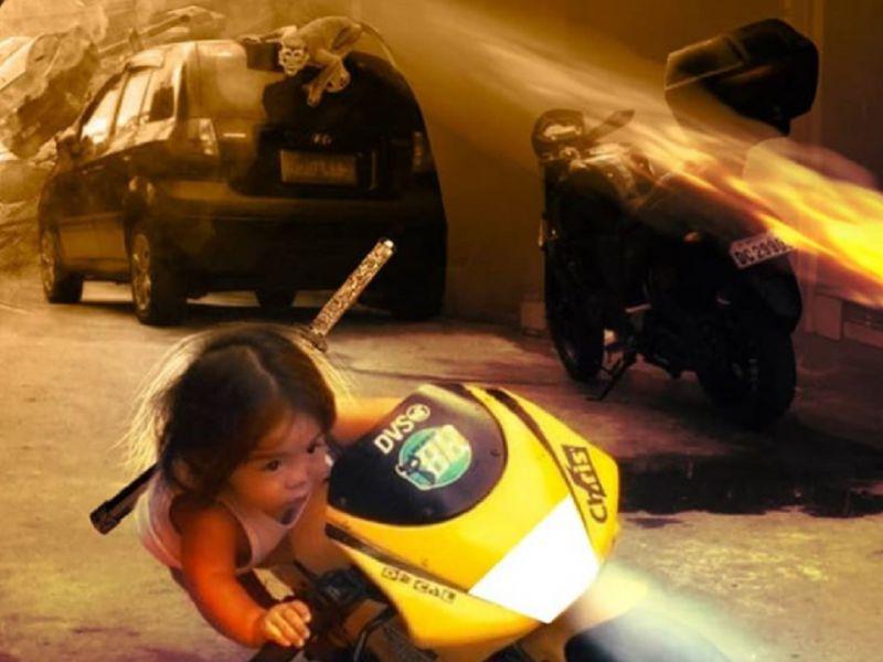 Scimmia prende la 'moto' e afferra la bambina: BossLogic ironizza sul video