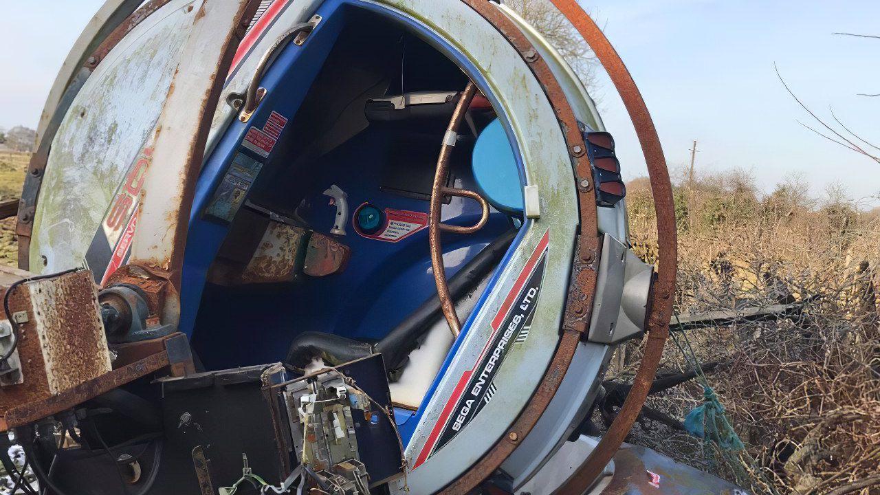 SEGA: fan scopre un rarissimo cabinato R-360 abbandonato in un campo!