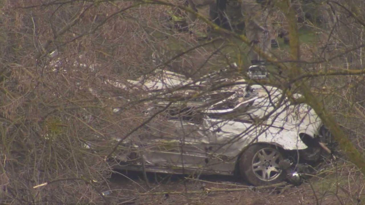 Sfugge alla polizia facendo un volo di 120 m con la sua Mercedes, muore sul colpo