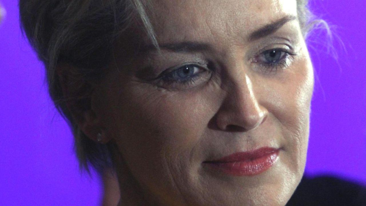 Sharon Stone furiosa, la sua famiglia sta morendo di Covid: 'Non votate per un assassino'