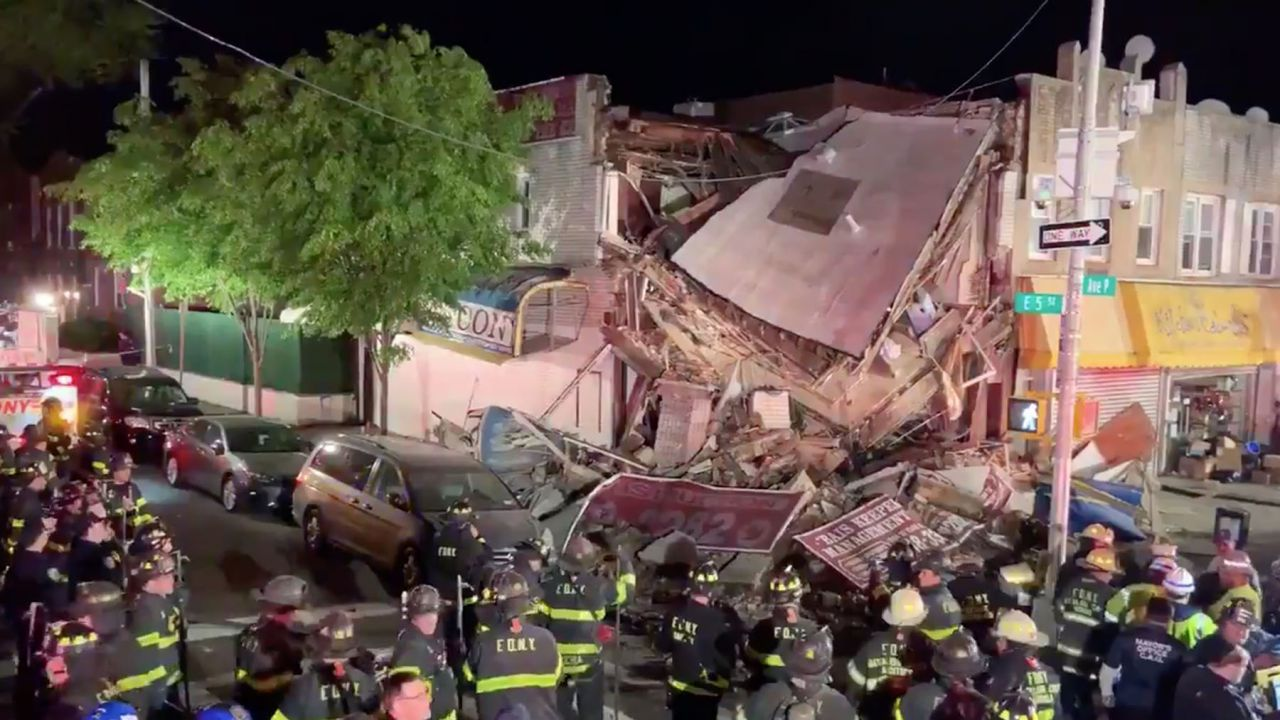 Si schianta con la sua BMW e fa crollare un edifico: i video dell'incidente