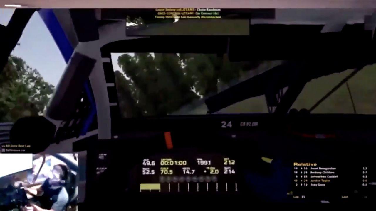 Si schianta nel videogioco ma rompe il simulatore per davvero: il video