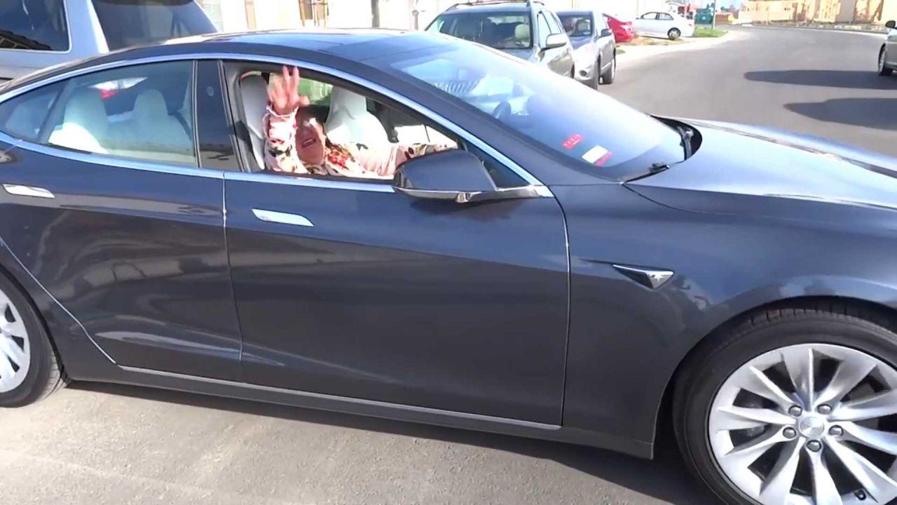Spaventa la nonna muovendo la sua Tesla Model S con lo smartphone: il video è virale