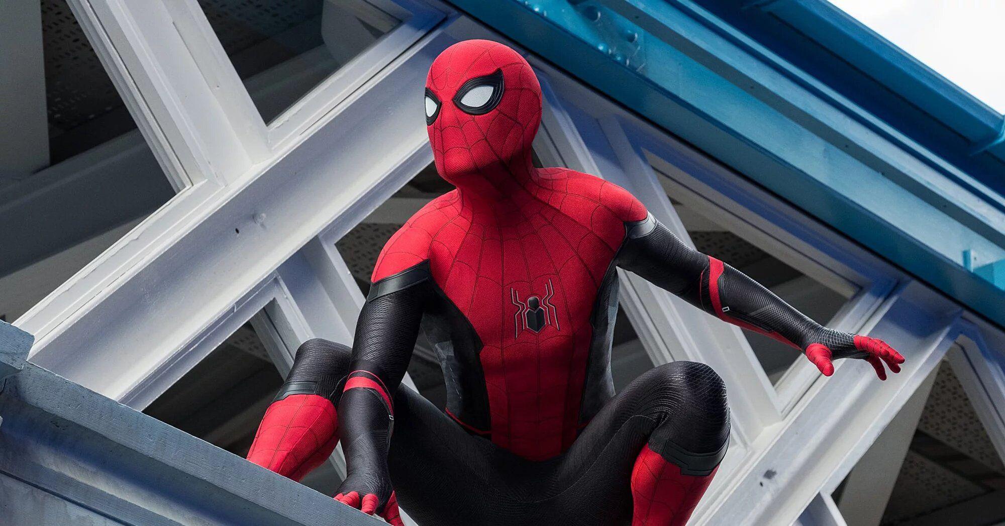 Spider-Man 3, Tom Holland in costume (e mascherina) in una nuova foto dal set