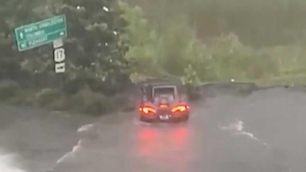 Strade alluvionate: una costosissima McLaren ha rischiato di affondare