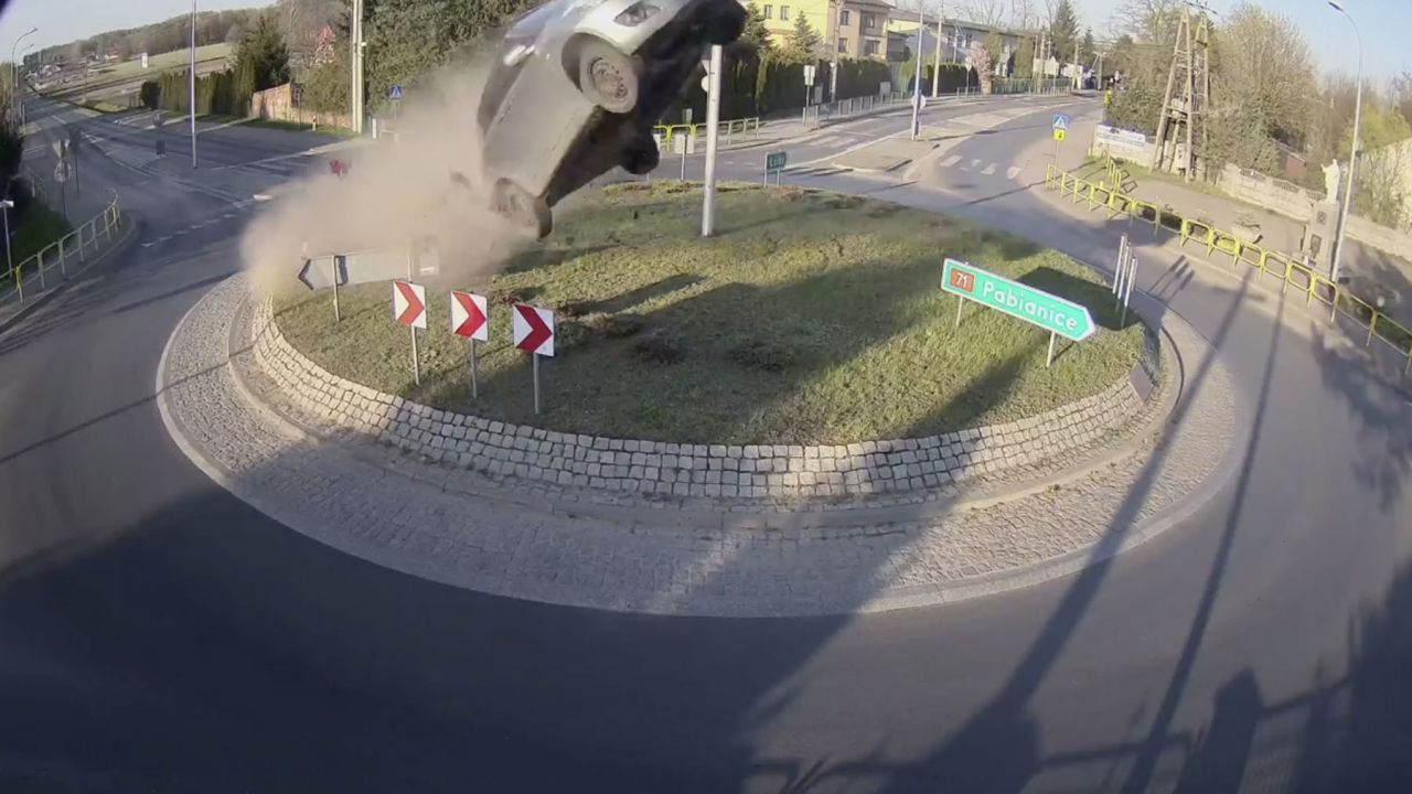 Sulla rotonda a tutta velocità e l'auto decolla: distrutta una Suzuki Swift
