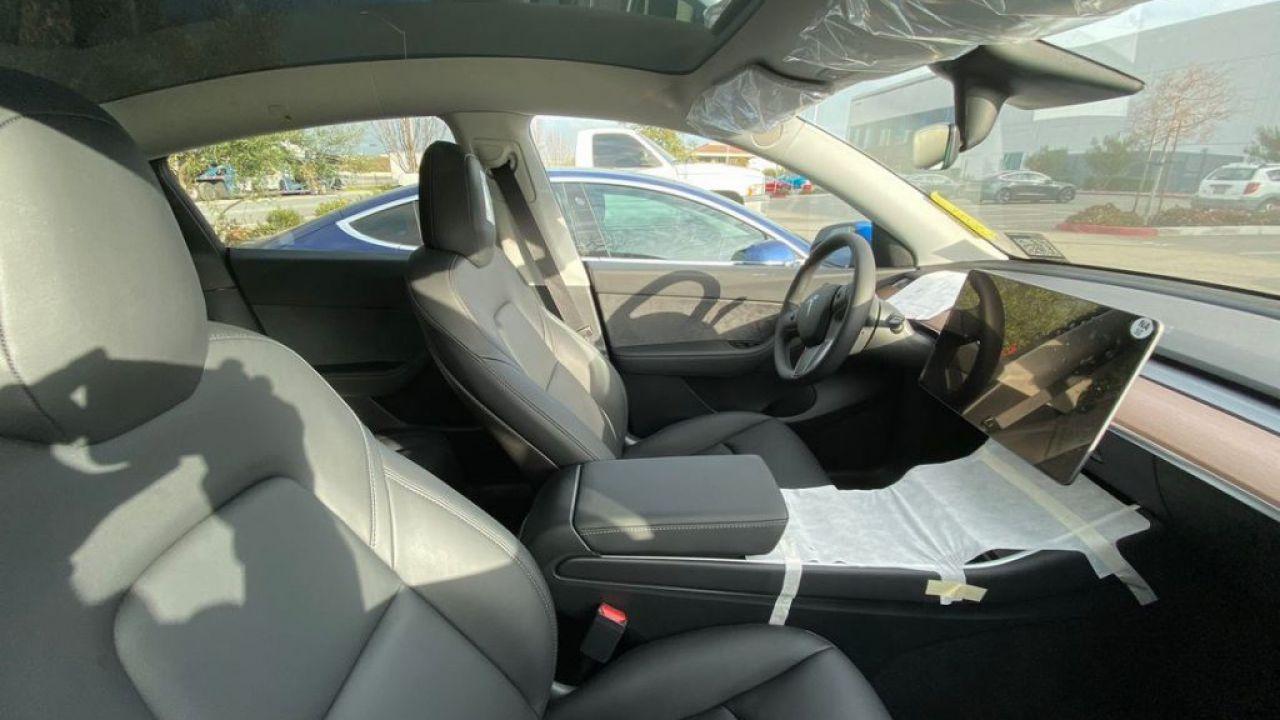 Svelati gli interni della Tesla Model Y nelle prime immagini dettagliate