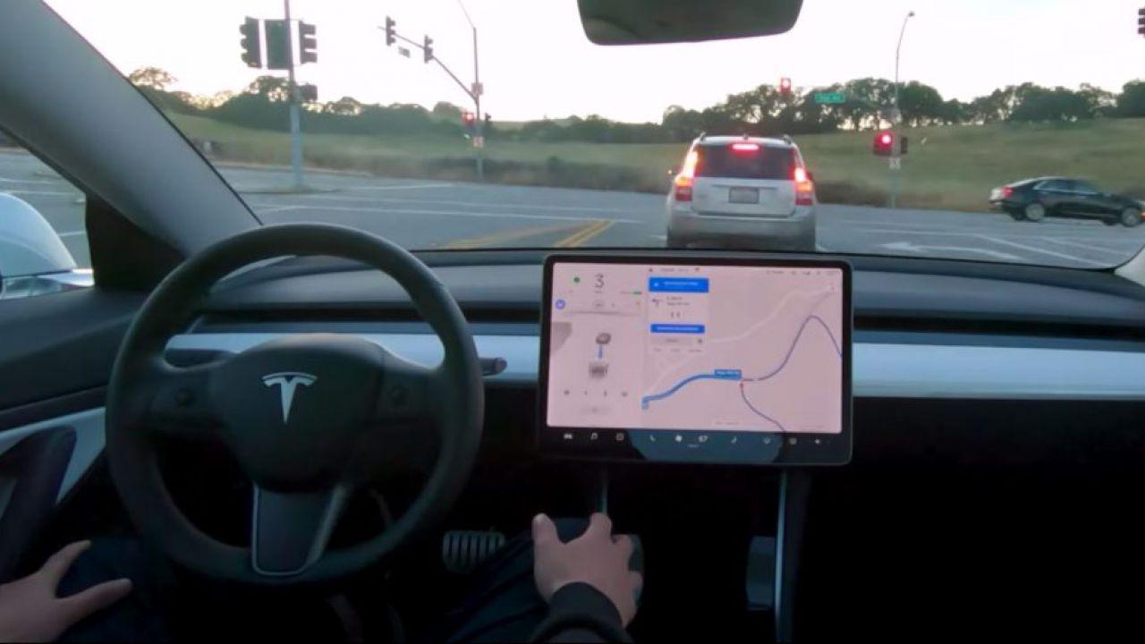 Tesla aumenta il costo della guida autonoma: ecco il prezzo attuale