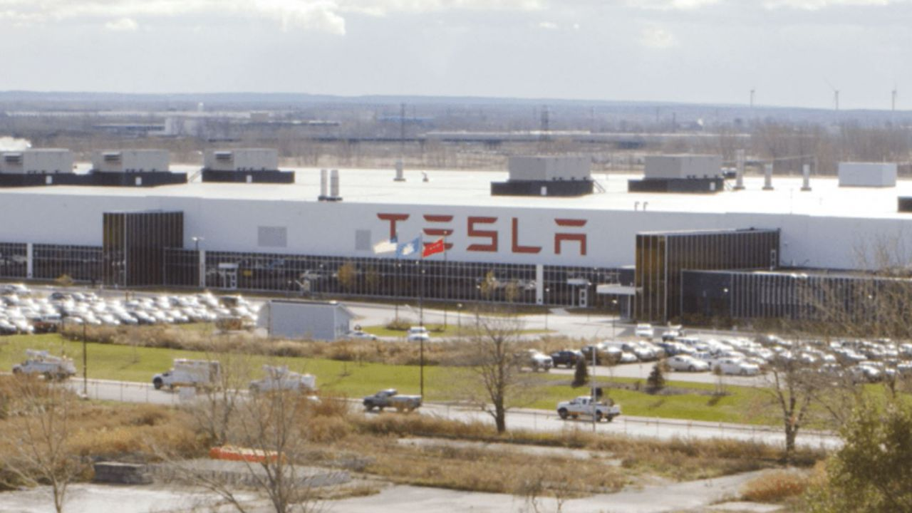 Tesla: 'Il coronavirus non ritarderà il completamento della Gigafactory 4'