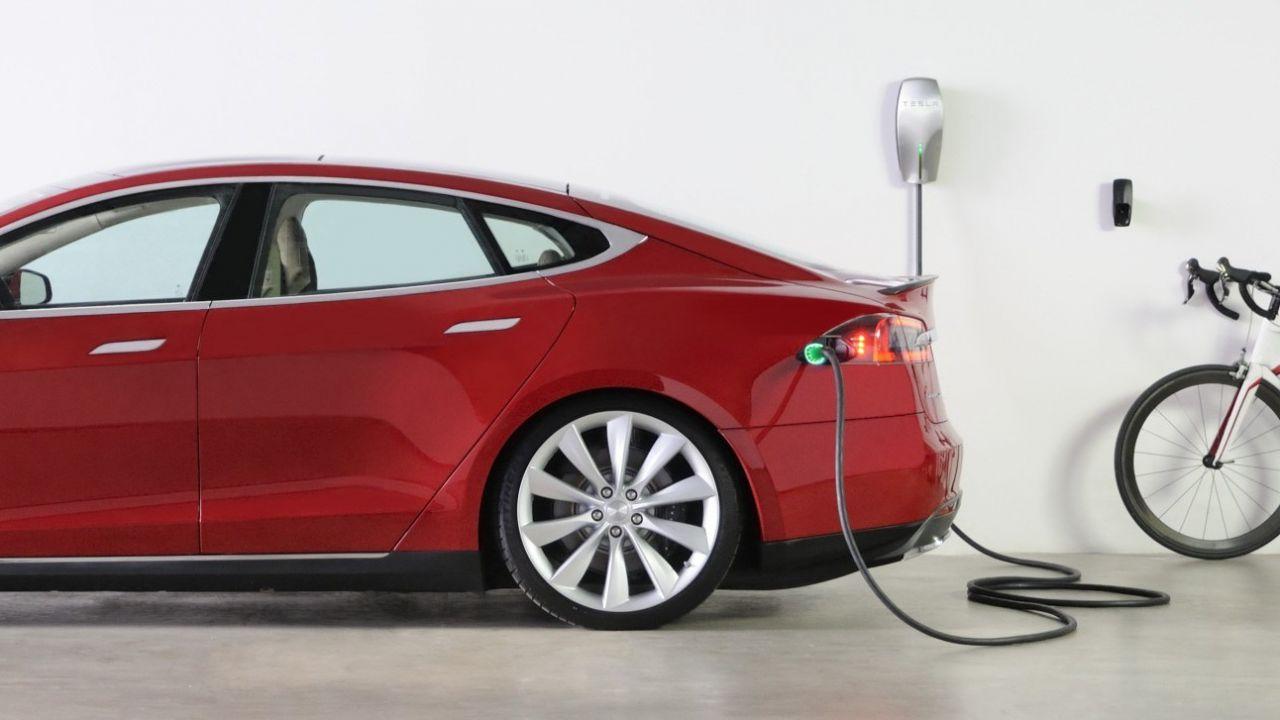 Tesla lancia il Wall Connector di nuova generazione con WiFi integrato