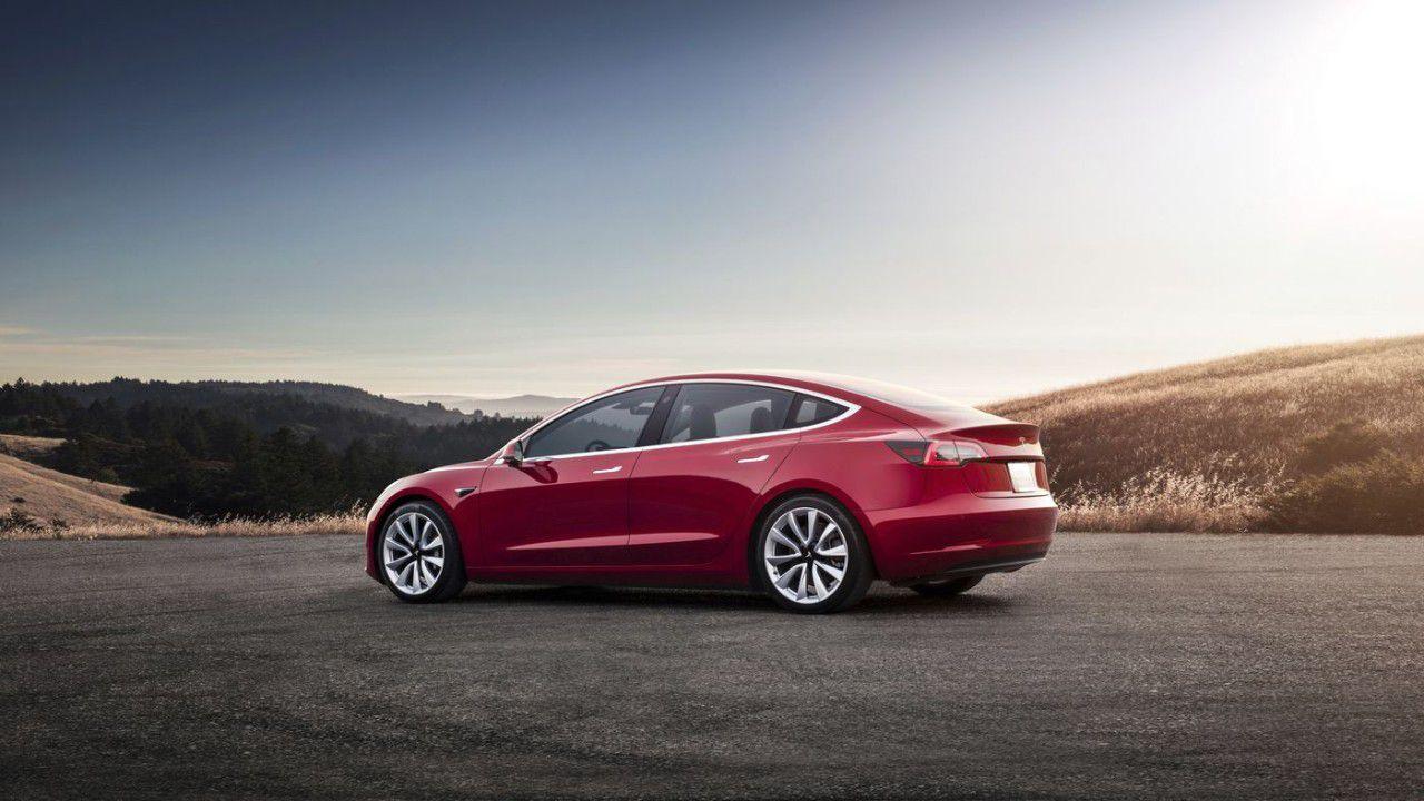 Tesla lascerà aperti i negozi ma aumenterà il prezzo delle auto