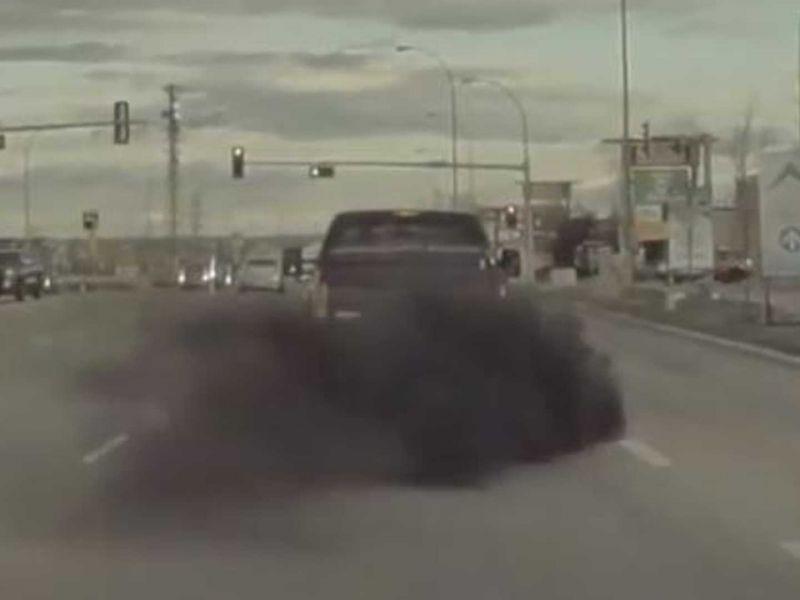 Tesla Model 3 inondata di fumo: ecco un altro caso di coal-rolling