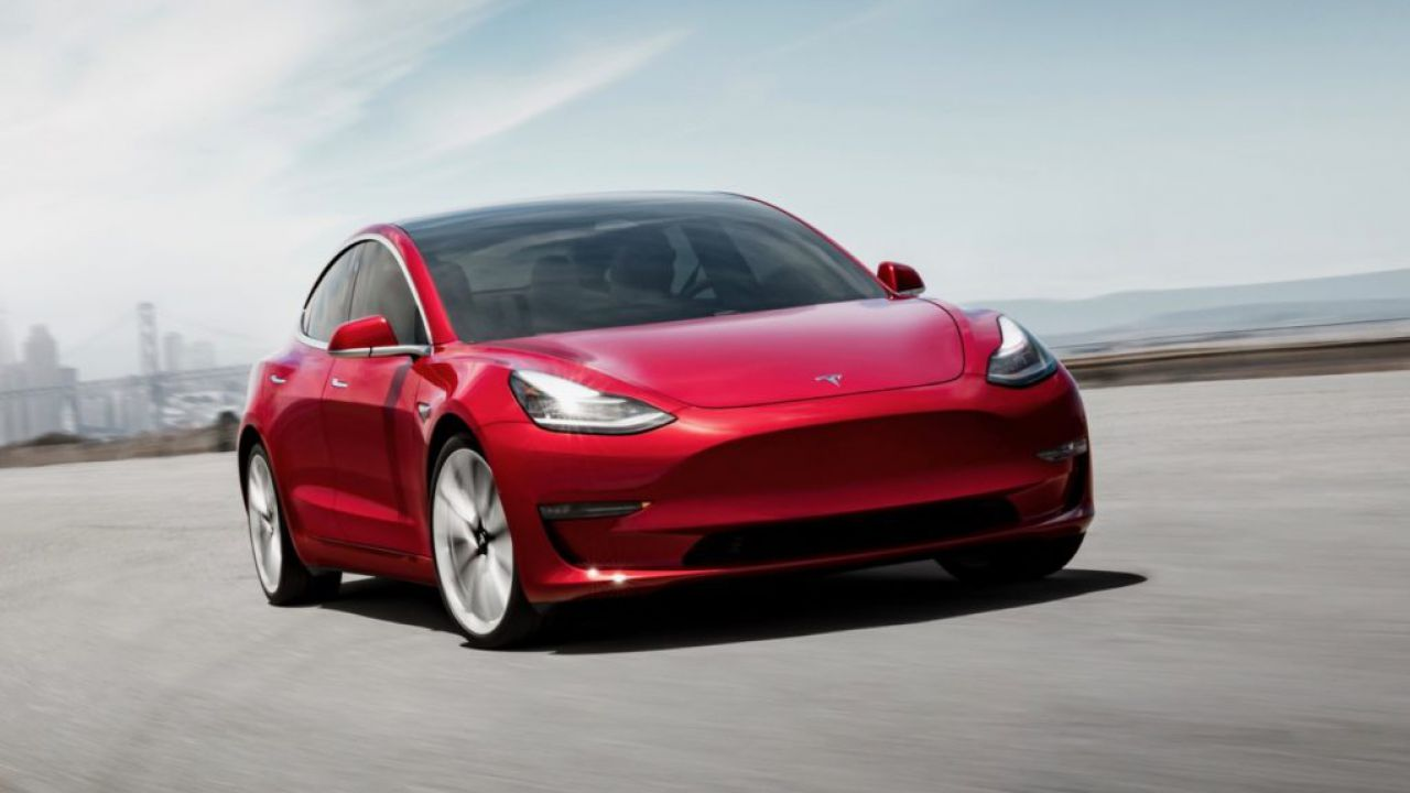 Tesla model 3 raggiunge le 100.000 unità prodotte. Il record è stato raggiunto in 1 anno